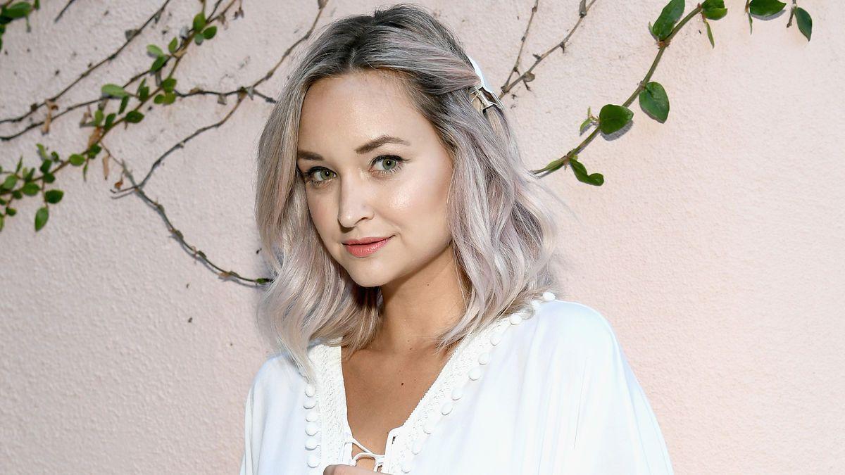 Frauen mit grauen haaren bilder