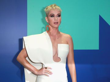 Katy Perry blond mit Kurzhaarfrisur