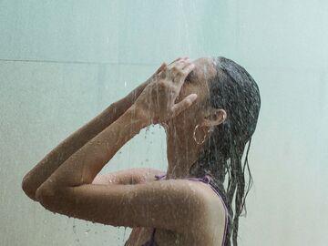 Dusche der frau unter Pinkelt ihr