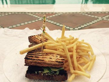 Ein Clubsandwich am Pool