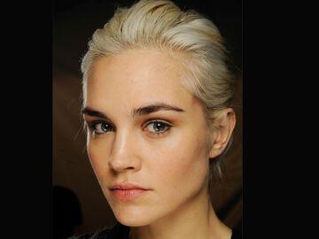 Dunkle Augenbrauen Blonde Haare