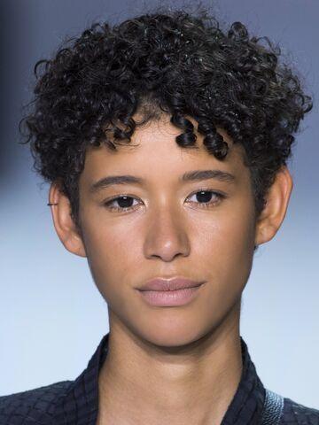 Kurze schwarze haare schauspielerin deutsche Stars mit