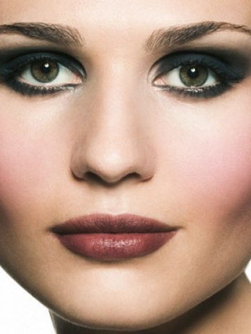 Lippenstift zur Smokey Eyes